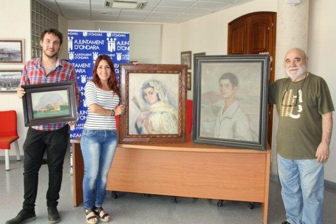 el alcalde de ondara zeus serrano junto a los familiares de miquel vaquer y algunos de los cuadros donados al